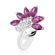 Inel strălucitor de culoare argintie, floare violet închis, frunză lucioasă