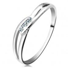 Inel realizat din aur alb 585 - trei diamante rotunde, transparente, braţe despicate