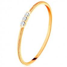 Inel din aur galben de 9K - braţe înguste cu striații, trei zirconii transparente